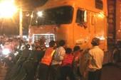 Xe container nằm ì trên đường ray khi đoàn tàu đến