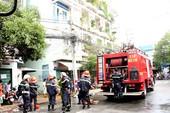 Cháy chung cư Vườn Lài, nhiều người hoảng loạn