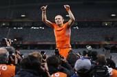 Mải ăn mừng, Robben bị... tụt cả quần