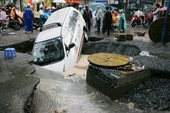 Mưa lớn gây ngập đường, xe sụp hố, cây đổ