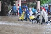 Nhiều tuyến phố Thủ đô ngập lụt vì mưa lớn