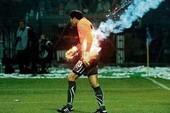 Thủ môn cháy áo đấu vì bị ném pháo sáng
