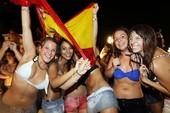 CĐV để lộ ngực mừng chức vô địch của Tây Ban Nha