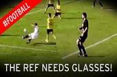 Hài hước: Cầu thủ tự đá vào chân té ngã, trọng tài thổi phạt đền