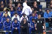 Costa ném áo vào Mourinho, Mikel cười bí hiểm