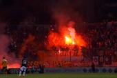 CĐV Malaysia lại làm loạn trên sân vận động