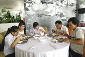 Thí sinh ăn trưa miễn phí trên sông Hương