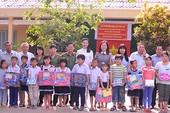 Trao quà cho học sinh nghèo hiếu học Tiền Giang