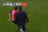 Hài hước: HLV lao vào sân 'ngáng giò' cầu thủ