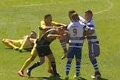 Cầu thủ lên gối hạ knock-out trọng tài ngay trên sân