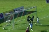 Hài hước: Cầu thủ bị đồng đội 'cướp' bàn thắng
