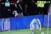 Cựu tuyển thủ Anh đỏ mặt vì pha đá phạt góc hài hước