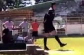 Trọng tài cầm súng lao vào sân xử cầu thủ đấm mình