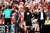 Mourinho ngơ ngác vì bị đuổi