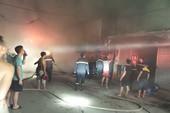 Một cửa hàng khóa trái bốc cháy trong đêm