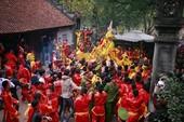 Hàng trăm người chen nhau cướp lộc tại hội Gióng