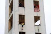 Lính cứu hỏa 'nhí' bật tường đu dây, vác vòi chữa cháy