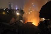 Gara ô tô chìm trong biển lửa lúc nửa đêm