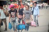 Người dân lỉnh kỉnh đổ về thủ đô sau dịp nghỉ lễ