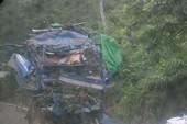 Xe tải lao vào vách núi, hai người chết tại chỗ