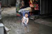 Hà Nội: Phố thành sông sau cơn mưa rào