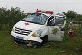 Xe cứu thương bất ngờ mất lái, 3 người nhập viện