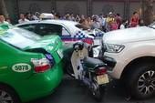 Ô tô tông liên hoàn các phương tiện, 2 người nhập viện