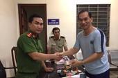 Chiến sĩ công an nhặt ví tiền, trả lại người nước ngoài