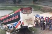 Xe khách mất lái trên cao tốc, 13 người bị thương