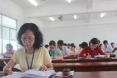Hình ảnh giáo viên chấm những bài thi đầu tiên