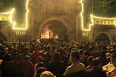 Dân ùn ùn cướp lộc sau giờ khai ấn đền Trần