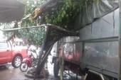 Xe tải xoay 180 độ, leo lề giữa cơn mưa tầm tã