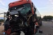 Xe container và xe khách va chạm, 3 người thương vong