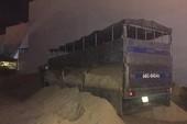 Xúc cát xuống xe để ứng phó thanh tra giao thông