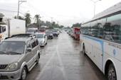 Né trạm thu phí, hàng ngàn ô tô 'tấn công' đường làng