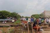 Bốn nhà dân bất ngờ đổ nhào xuống sông Cổ Chiên