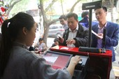Clip: Dân Hà Nội chen nhau mua vé số Vietlott