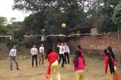 Nhà gái thách đấu bóng chuyền với nhà trai