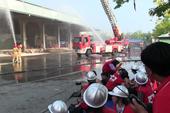 Nhiều người tham gia diễn tập chữa cháy ở chợ Bình Điền