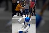 Clip: Robot múa võ khiến trẻ em Việt Nam thích thú