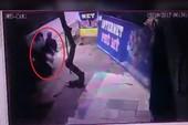 Clip: Va chạm xe tải: Mẹ gãy tay chân, bé gái nguy kịch