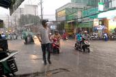 TP.HCM ngập nặng sau mưa, dân dắt xe lội nước về nhà