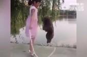 Bé gái nhảy dây cùng... chó cưng
