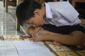 Ước mơ xây nhà cho mẹ của cậu bé viết bằng chân