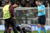 Cổ động viên lao xuống sân, hôn chân Messi