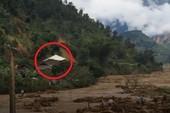 Khoảnh khắc núi sạt lở vùi lấp 5 người trong 1 gia đình