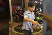 Cậu bé biểu diễn trống lắc tay điêu luyện