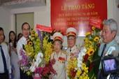 Bí thư TP.HCM đến nhà trao huy hiệu cho đảng viên