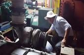 Lấy thép của tàu vỏ thép hỏng đi kiểm định