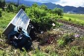 Xe tải bị tàu lửa hất văng, 3 người thương vong